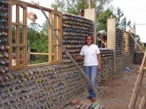 Постройка дома из пластиковых бутылок