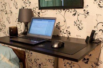 Компактный стол для работы за ноутбуком