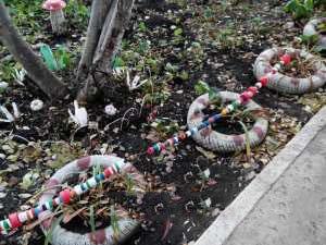 Ограждение из пластиковых крышек