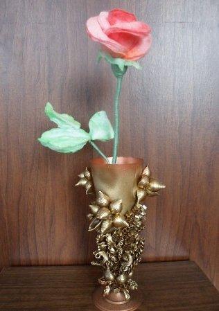 Декоративная ваза из фужера и макарон