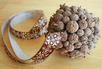 Декоративный шар из желудей своими руками