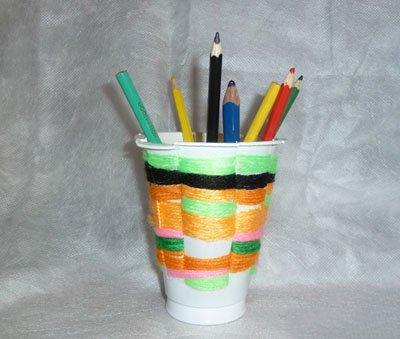 Карандашница из пластикового стаканчика и пряжи